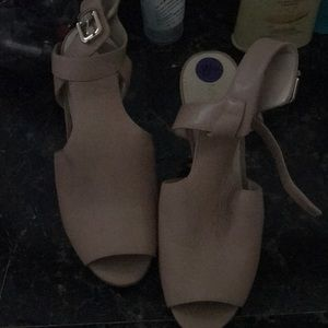 Neutral sandal, 81/2